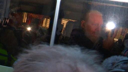 動画:英、アサンジ容疑者を逮捕 米国が引き渡し要請 裁判所移送時の映像