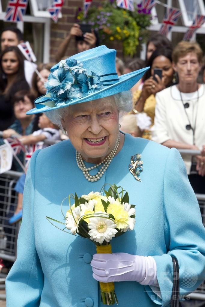 英女王のナチス式敬礼写真、大衆紙が掲載 王室は不快感