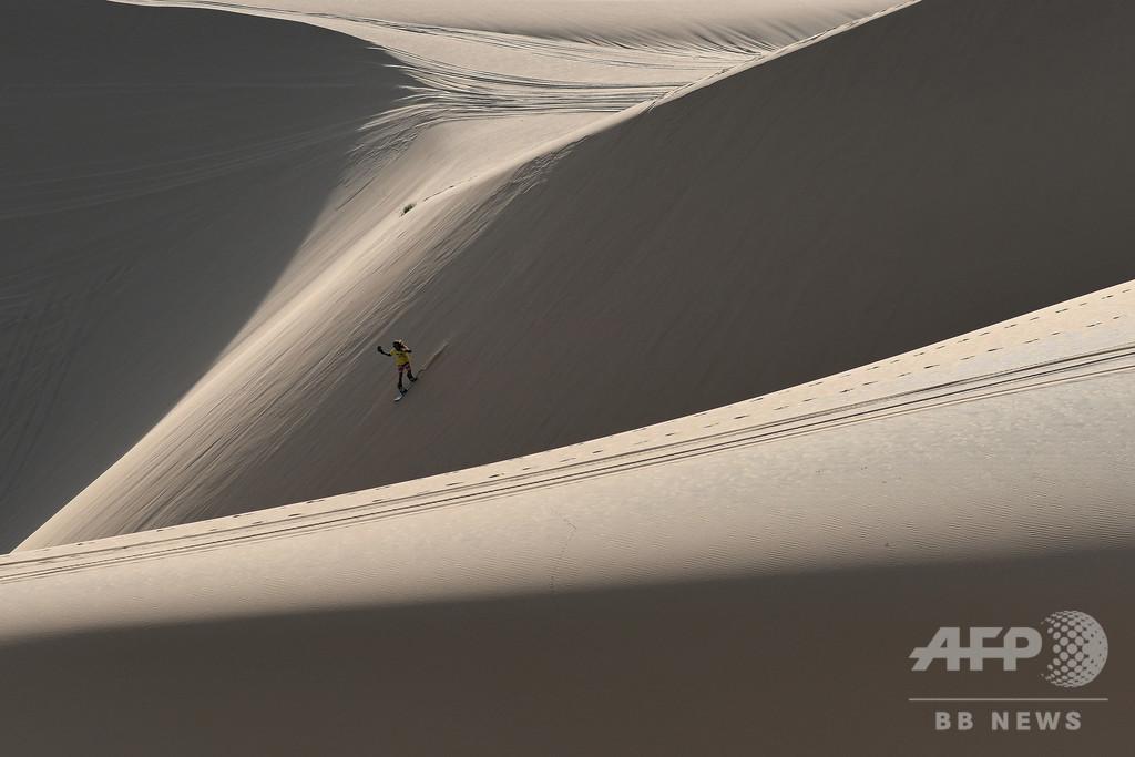【今日の1枚】砂丘を雪山に見立て練習 ベトナムのスノーボーダー