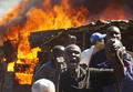 大統領選後の暴動で住民7万人が避難、死者は300人超