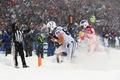 猛吹雪の中で試合、選手たちは厚く積もった雪に悪戦苦闘