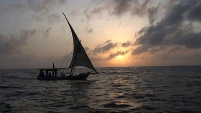 動画:材料はごみ10トンと3万足のビーチサンダル、ダウ船がケニア沖を帆走