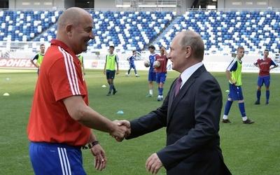ロシアがチェルチェソフ監督と2年契約延長、W杯で期待以上の成績