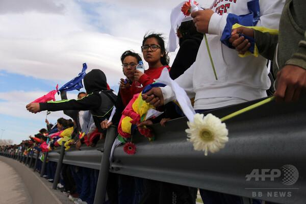 メキシコ市民、米国境に「人間の壁」 トランプ大統領計画に抗議
