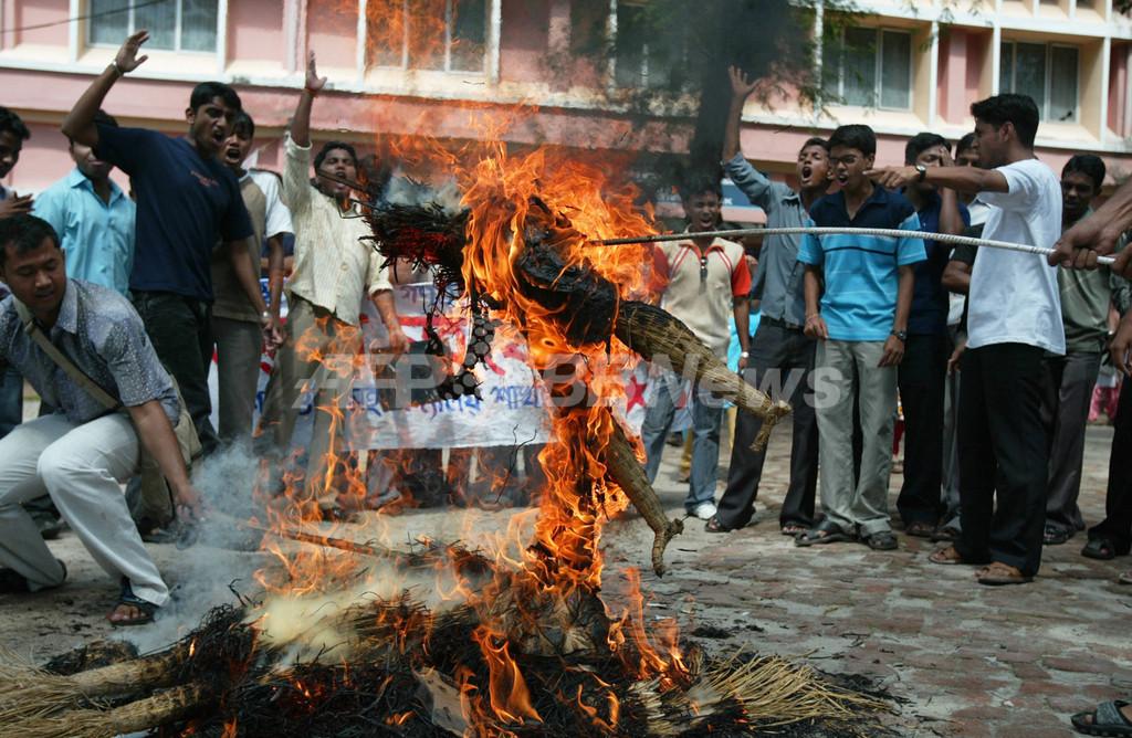 工場賛成派数千人が抗議活動、印タタ「ナノ」工場の移転発表を受け