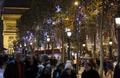 シャンゼリゼ通り彩る雪の結晶、恒例のイルミネーション 仏パリ