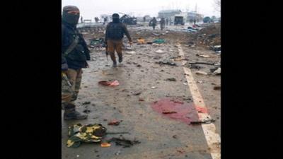 動画:カシミールで自爆攻撃、インド治安要員37人死亡 現場付近の映像