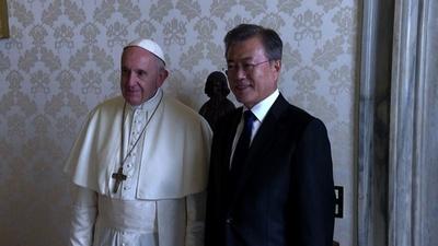 動画:韓国大統領がバチカン訪問、ローマ法王と贈り物交換