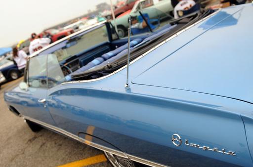 毎月恒例のクラシックカー展示販売会 米カリフォルニア州