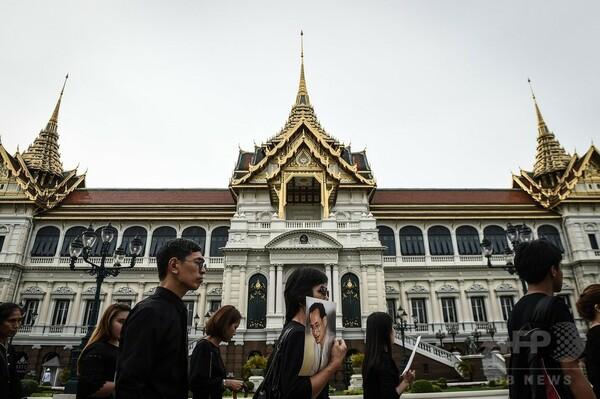 プミポン国王の棺が安置された宮殿、一般弔問客に開放 タイ