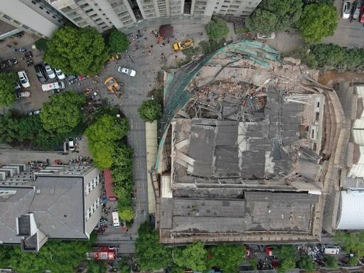 上海で建物倒壊、作業員らが下敷きに 10人死亡