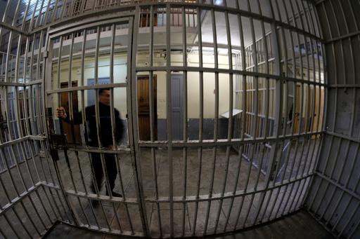 看守15人に捜査、受刑者拷問の疑い イタリア