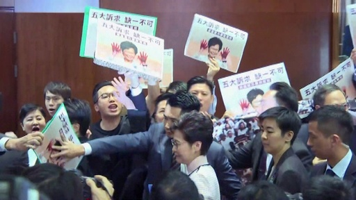 動画:香港行政長官、施政方針演説を断念 民主派議員の妨害受け
