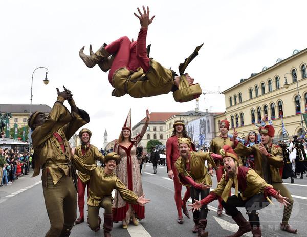 民族衣装でパレード、「オクトーバーフェスト」2日目