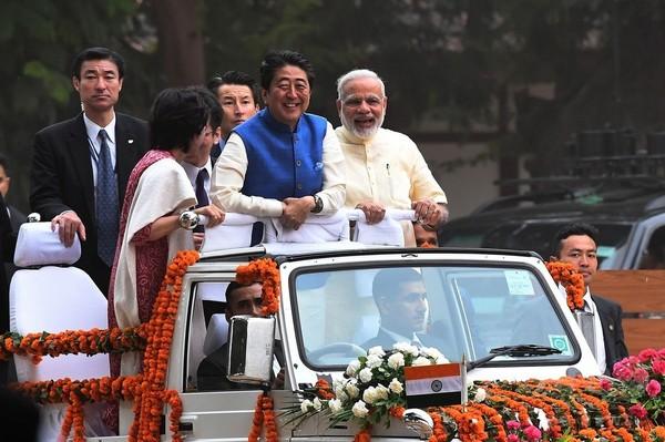 安倍首相、インドに到着 高速鉄道の起工式に出席へ
