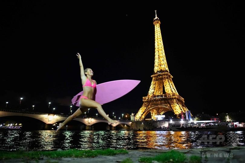パリのセーヌ川に「デモサーファー」登場、気候変動の抑制訴え