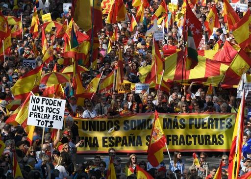 カタルーニャで独立反対派がデモ 支持派に対抗