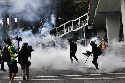 香港・元朗での襲撃抗議デモ、警官隊が催涙弾を発射