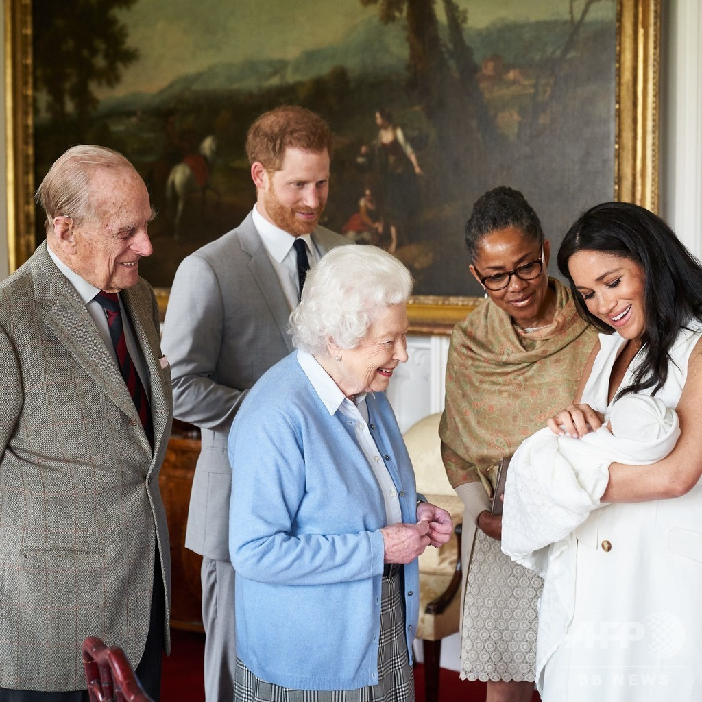 ヘンリー王子夫妻、長男に「アーチー」と命名 予想裏切る