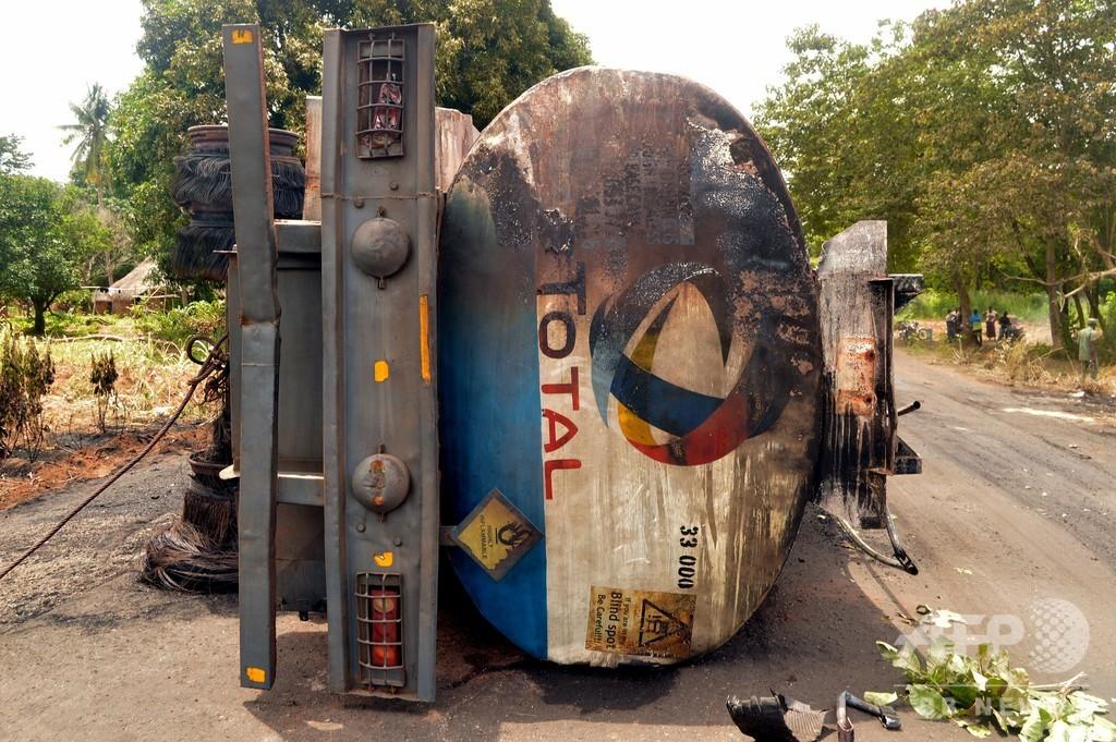 石油タンクローリーが横転後に爆発 45人死亡 ナイジェリア中部