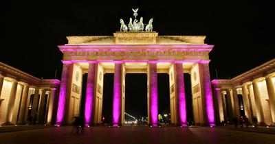 ブランデンブルク門が色鮮やかにライトアップ