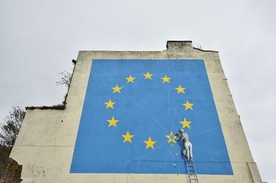 削り落とされる星は…英ドーバーのバンクシー壁画