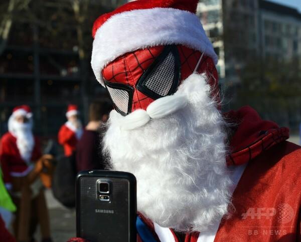 NYでクリスマス恒例「サンタコン」開催