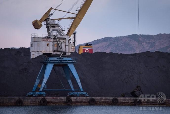 経済制裁下の北朝鮮、港には山済みのまま置かれた石炭