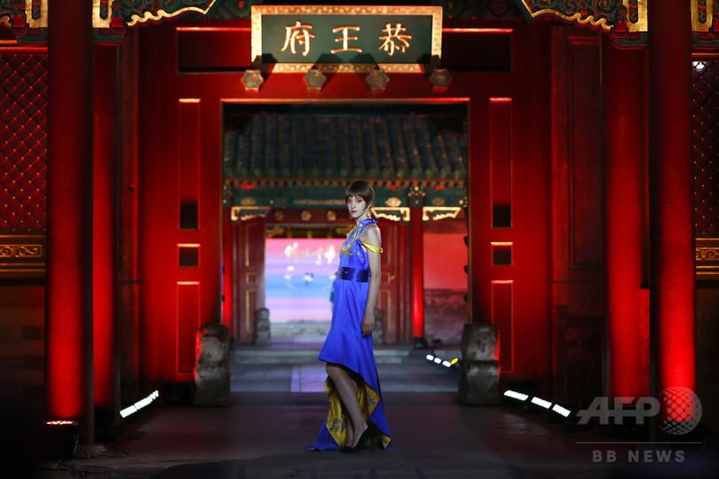 北京・恭王府で「宮廷」を身にまとい…無形文化遺産のファッションショー