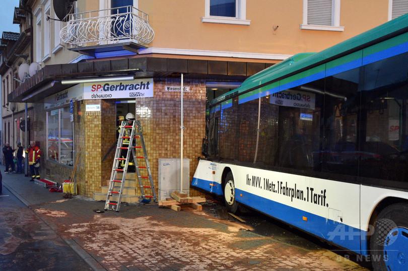 スクールバスが壁に衝突、重傷10人含む48人けが 独南西部