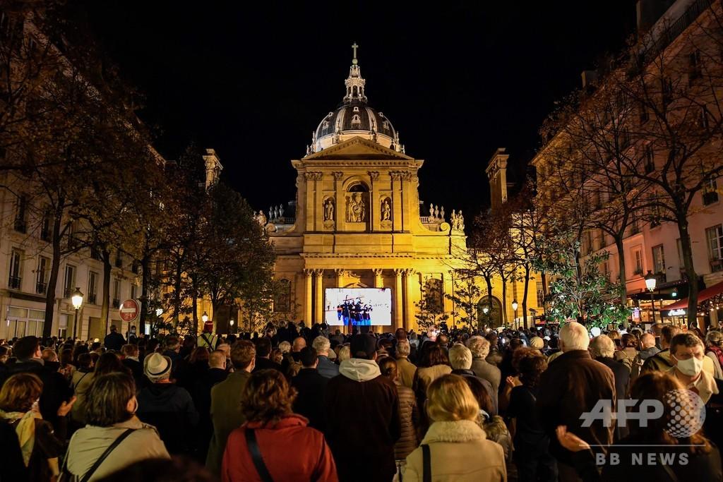フランスは「風刺画やめない」 マクロン氏、教師国葬で宣言