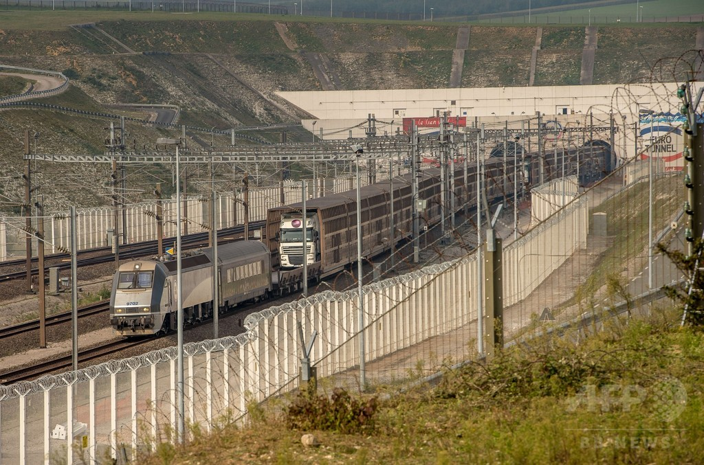 英仏海峡トンネル、移民100人以上侵入で一時運行停止