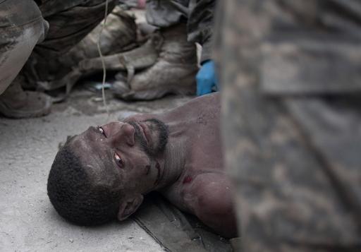 ハイチ大地震、がれきの下から12日ぶりに男性を救出