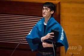 香港の政治:宣誓式で一部議員が中国にひじ鉄