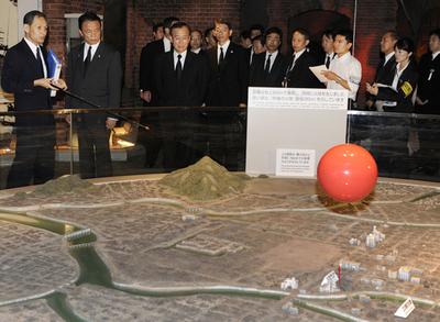 麻生・鳩山両氏、原爆資料館を見学