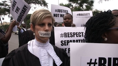 動画:ジンバブエで弁護士たちが行進、「法と秩序の復活」求める