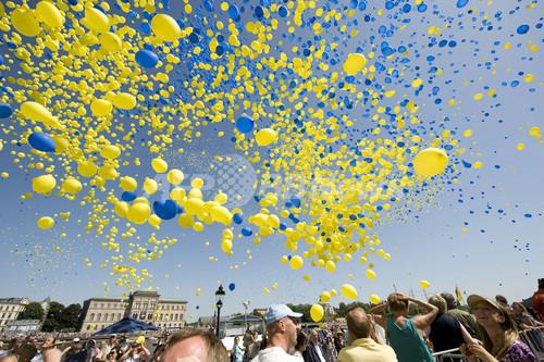 スウェーデンの建国記念日、色とりどりの風船5万個