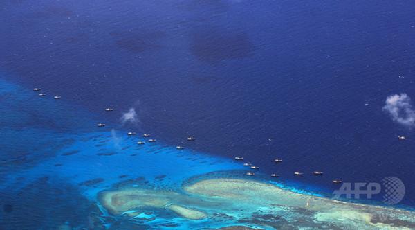 中国が南シナ海・人工島基地に設置する「人間の盾」