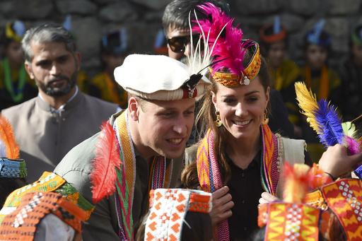 ウィリアム英王子夫妻、少数民族の伝統舞踊を鑑賞 パキスタン