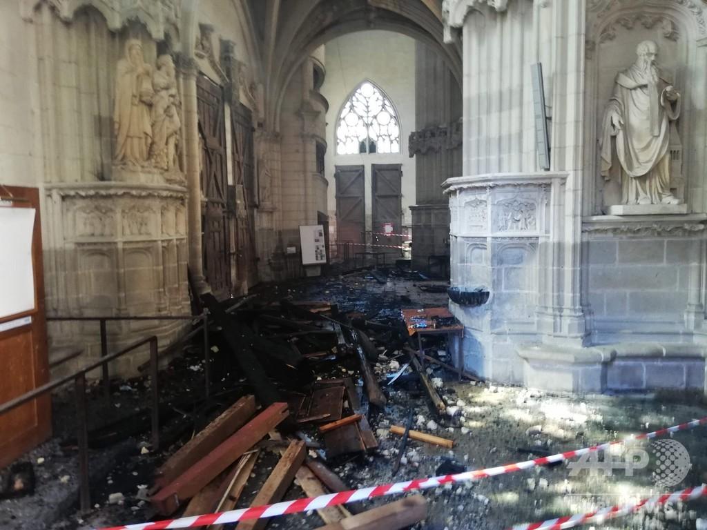 仏ナントの大聖堂で火災、放火の疑いで捜査開始