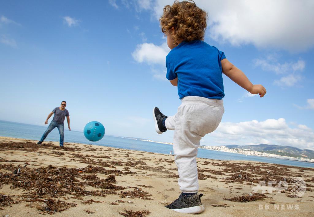 「外に行く!」 6週間ぶりの外出楽しむ子どもたち スペイン