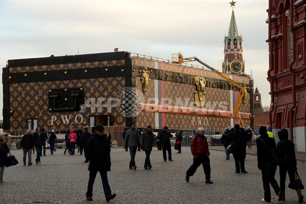 露「赤の広場」にヴィトンの巨大スーツケースが登場