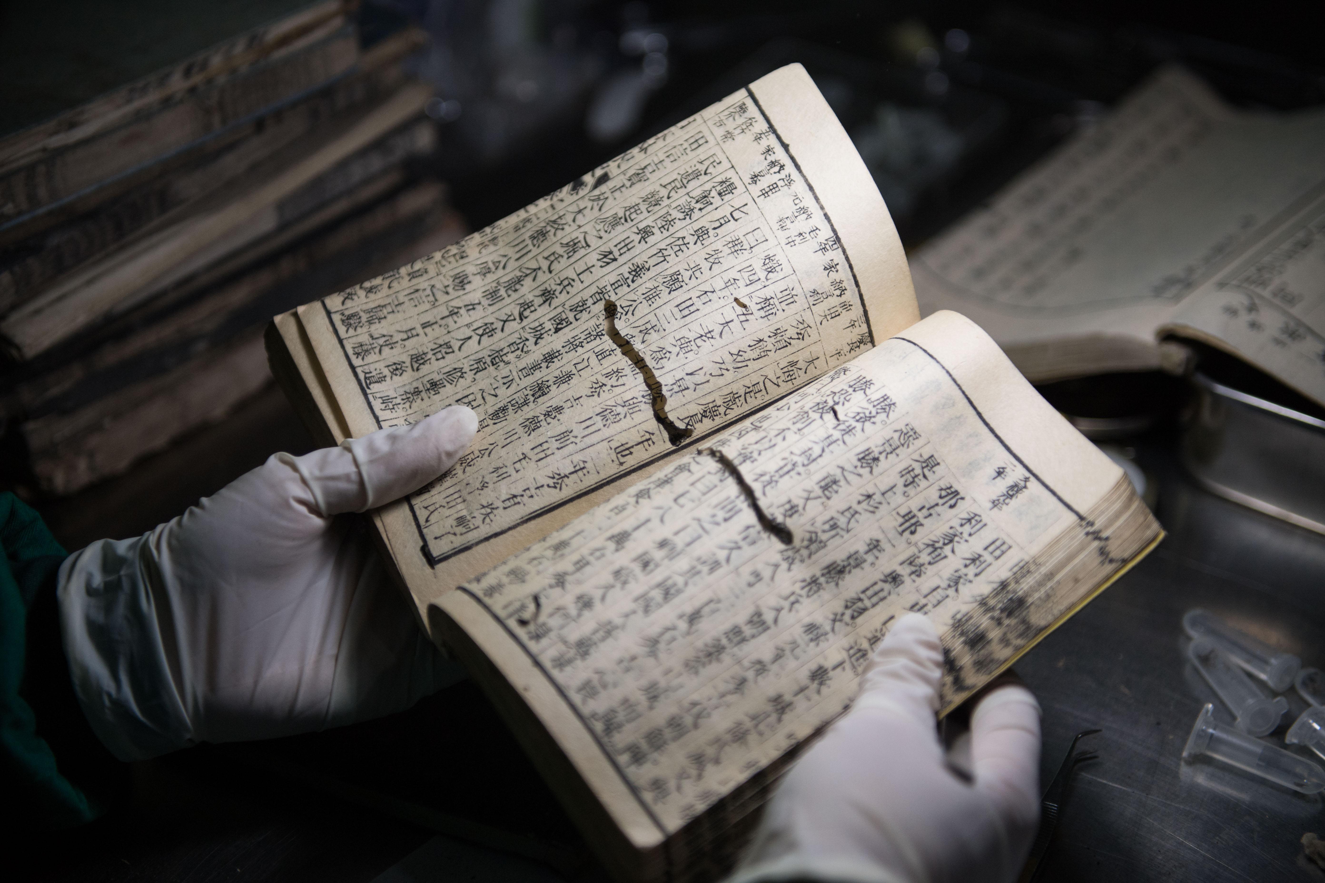 日本から送られた虫食い被害が深刻な古書を押収 中国・長沙税関
