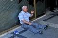 年金生活者が号泣、ギリシャ国民の苦難