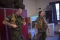 ノルウェー北部セテルモエンにある機甲大隊の兵舎で、基礎訓練の準備をする男女の新兵(2016年8月11日撮影)。(c)AFP/KYRRE LIEN