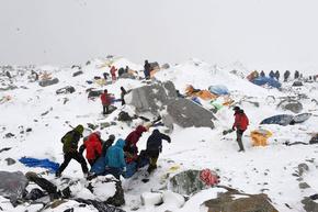 【写真特集】大地震で雪崩、エベレストのベースキャンプ