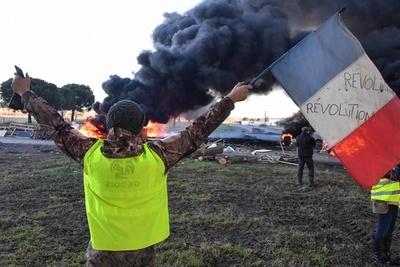 仏「黄色いベスト」運動の参加者、道路封鎖中トラックにはねられ死亡