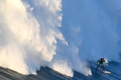 まるで雪崩!大波に挑むサーファーたち、ポルトガル