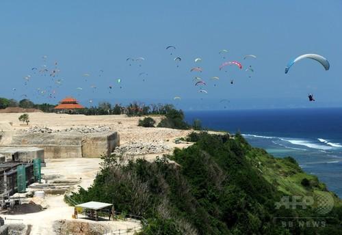 バリ島の空を舞うパラグライダー120機、世界記録更新 インドネシア