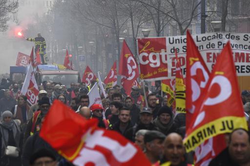 仏年金改革、スト中の労組が送電停止 パリ郊外で大規模停電